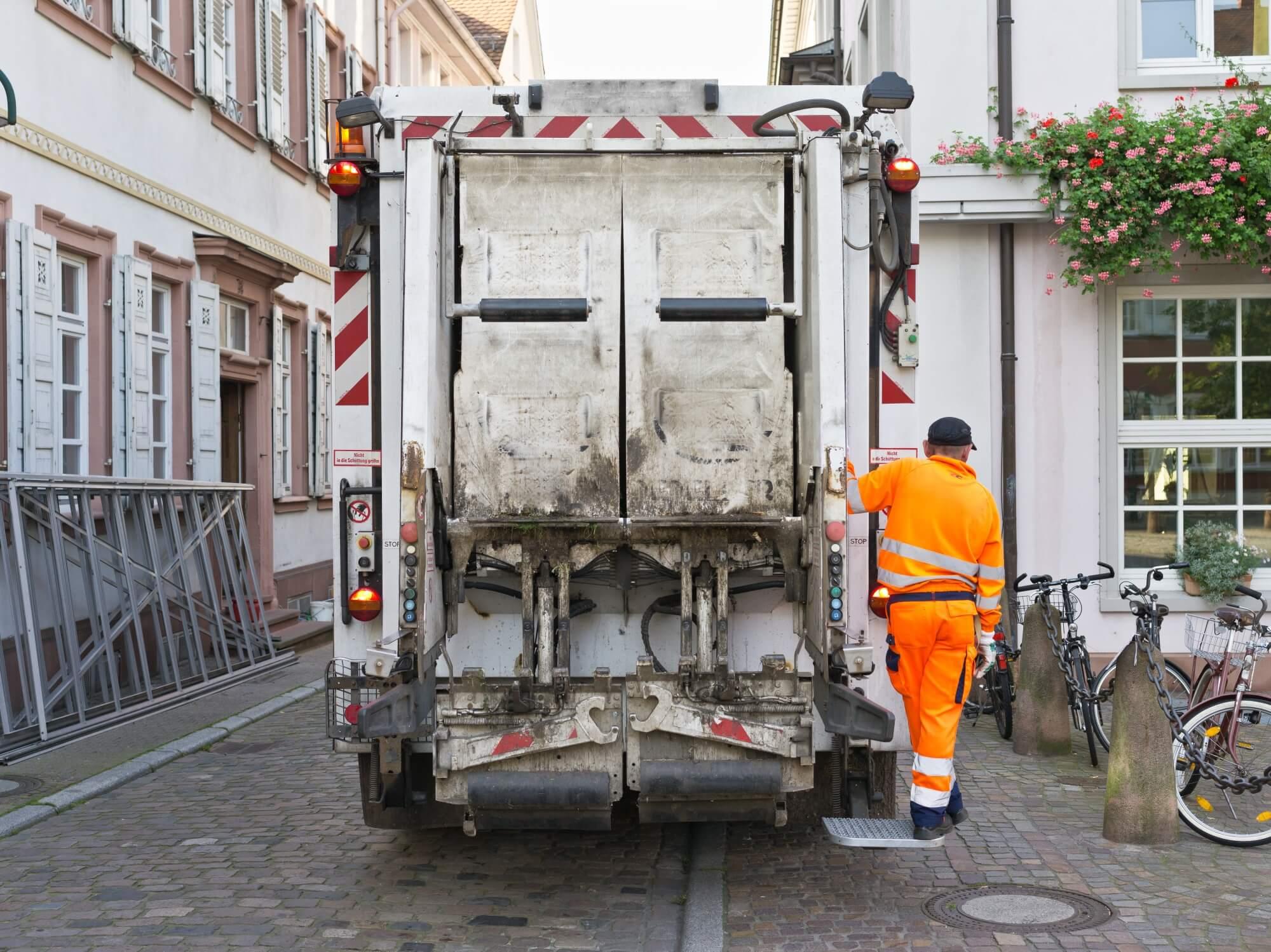 Rückwärtsfahren als Gefahrenquelle – Abfallsammlung